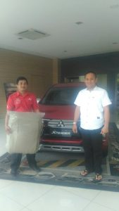 Handri Sales Mitsubishi Serahkan Hadiah Over Jok Xpander Pak Leo Apartemen Kalibata City